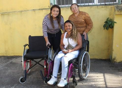 Fundo Social entrega mais uma cadeira de rodas