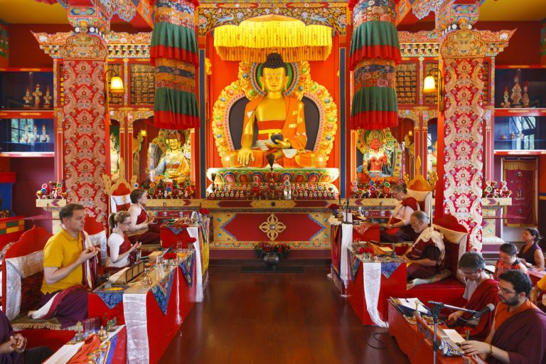 Visite quatro templos budistas em Embu das Artes