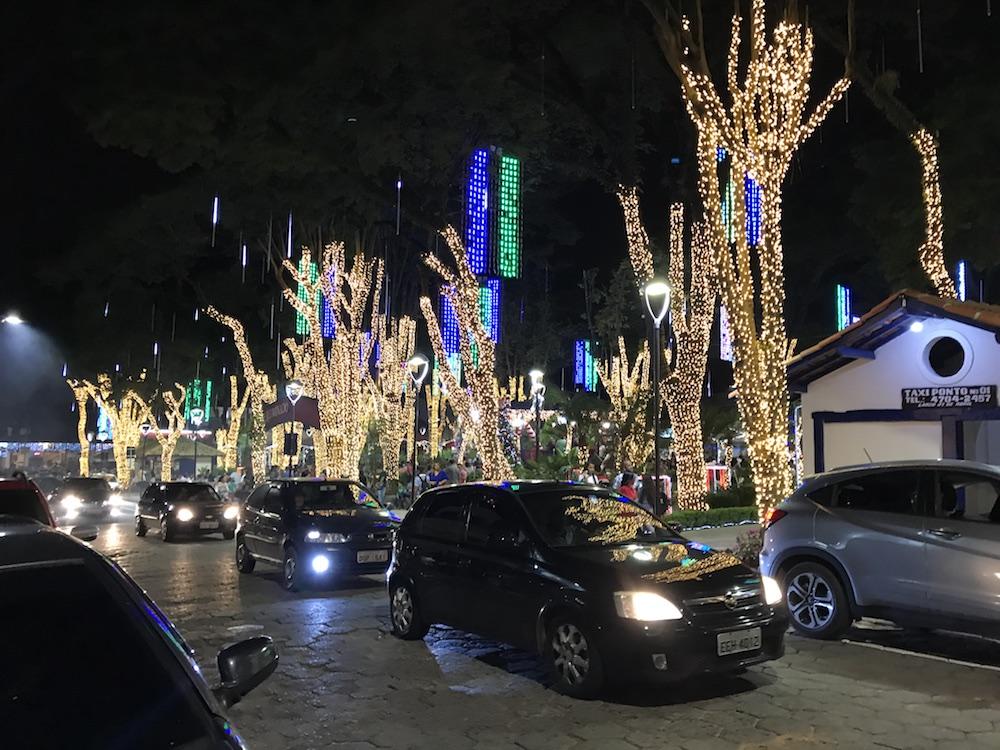 Natal Iluminado! Veja como ficou a praça de Embu das Artes ... f8e663e131