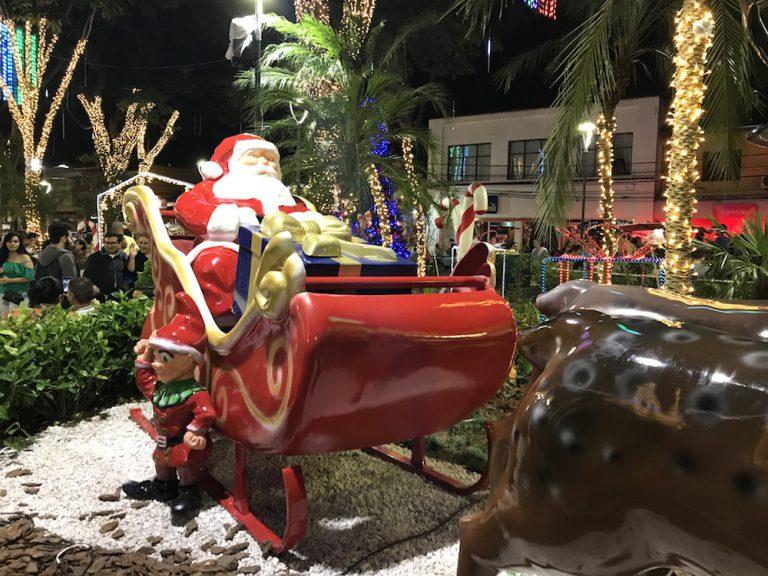 Natal Iluminado! Veja como ficou a praça de Embu das Artes