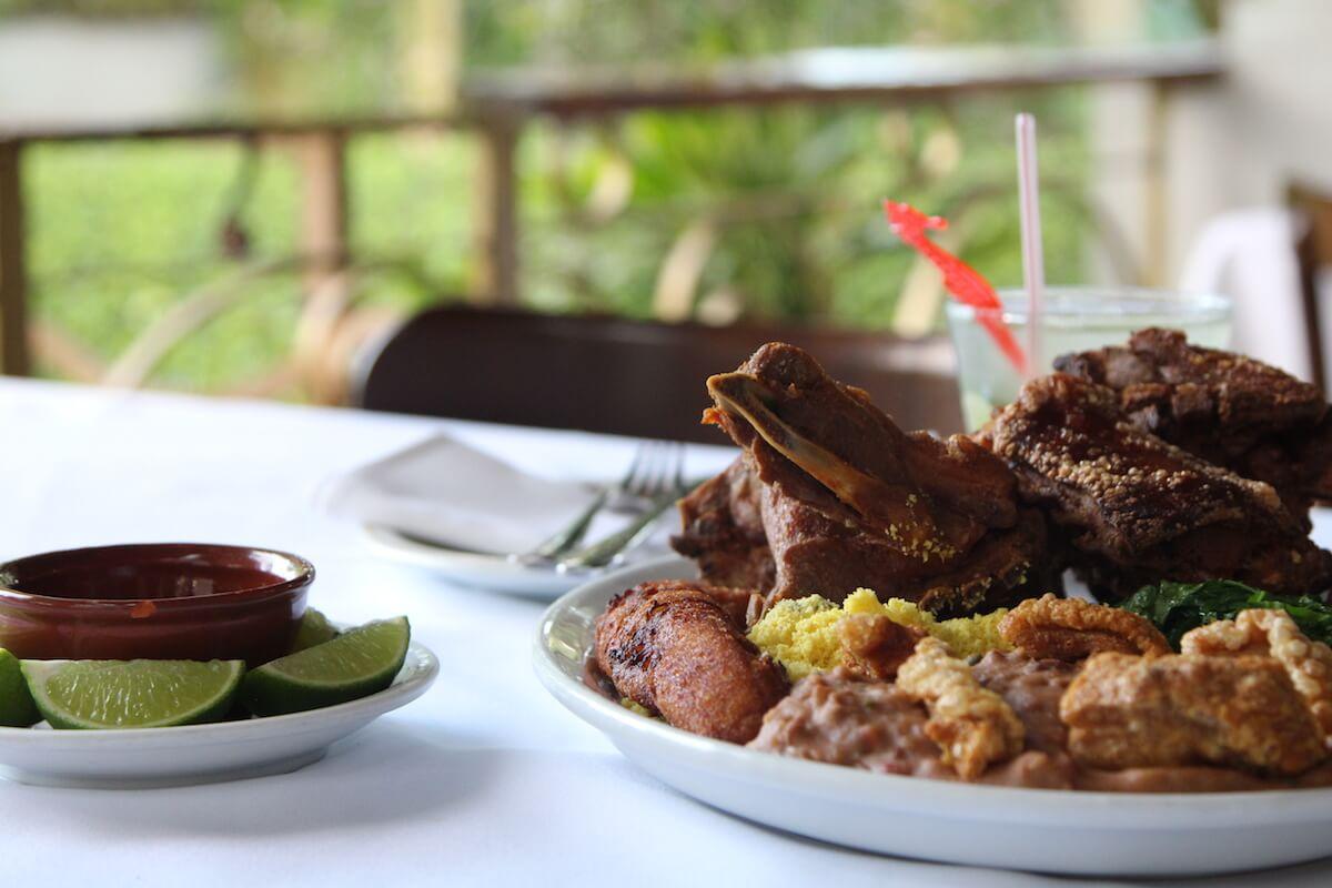 O Garimpo no feriado! Promoção para o casal: leitão pururuca + capirinha R$90
