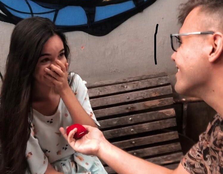 """Que romântico! Ela disse """"sim"""" na Viela das Lavadeiras"""