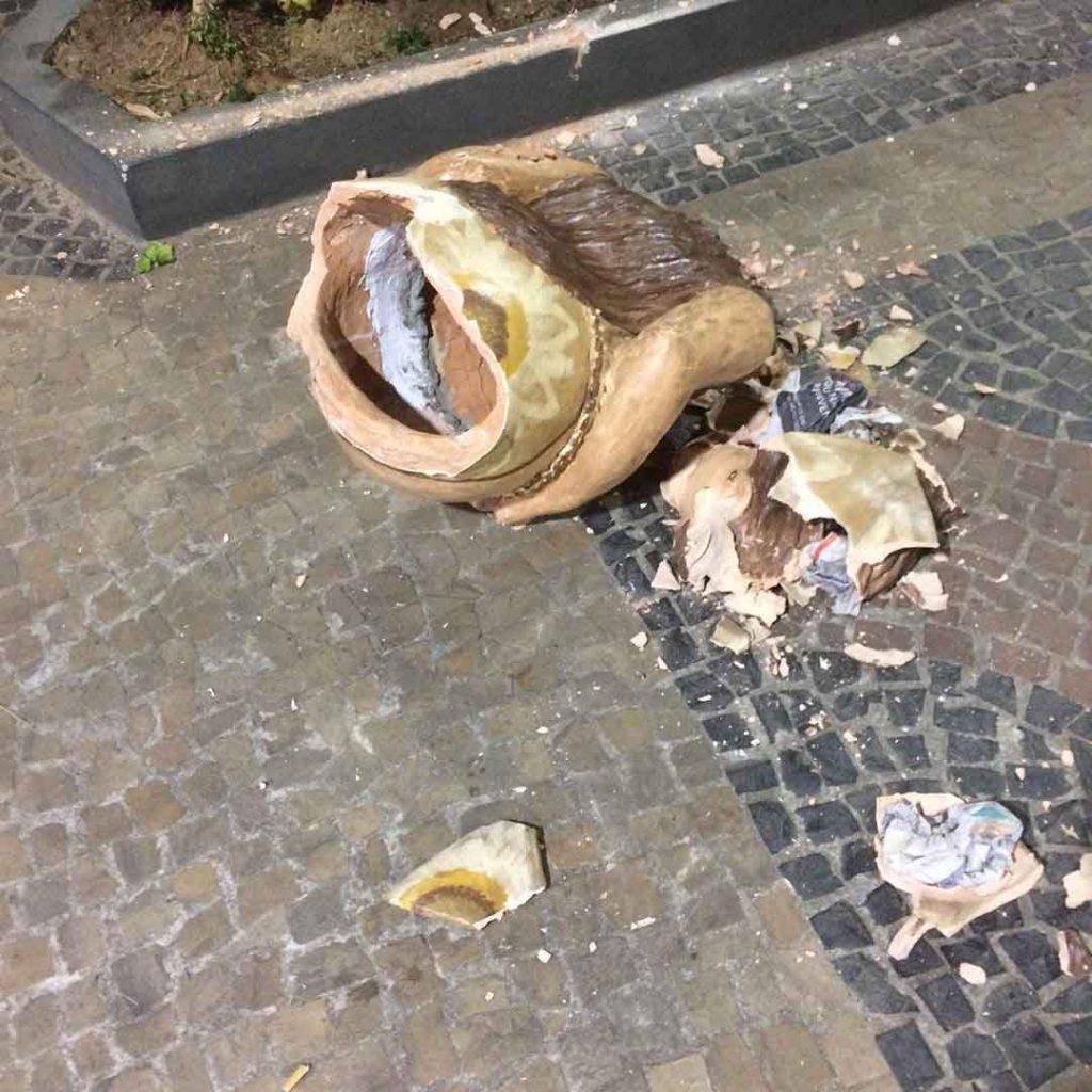 Escultura quebrada na praça das artes - embudasartes.net