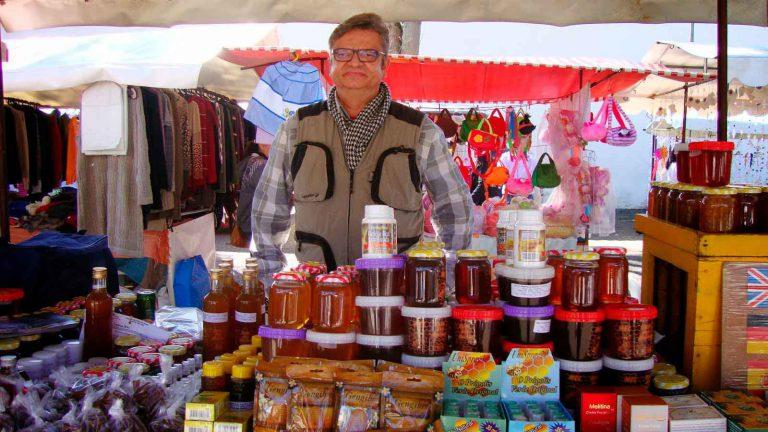 Conheça Jaerton, o especialista em mel da Feira de Embu das Artes