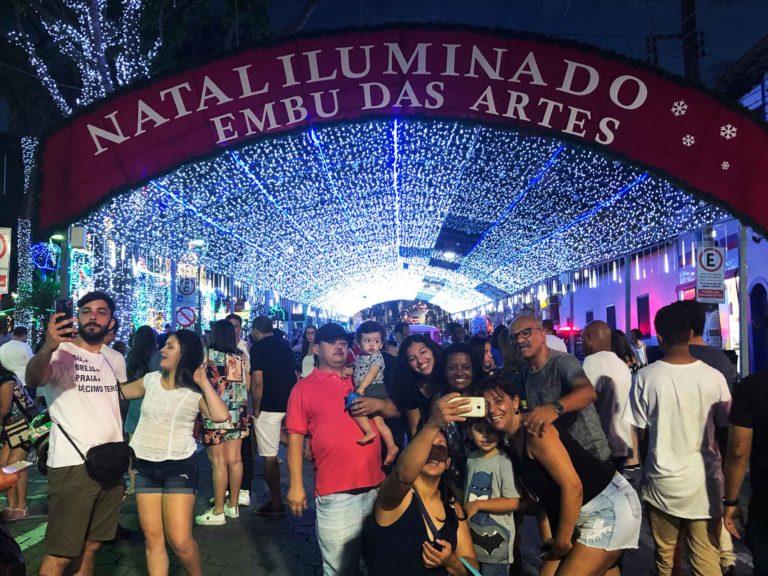 Show de flash! Natal Iluminado é palco de muitas selfies em Embu das Artes