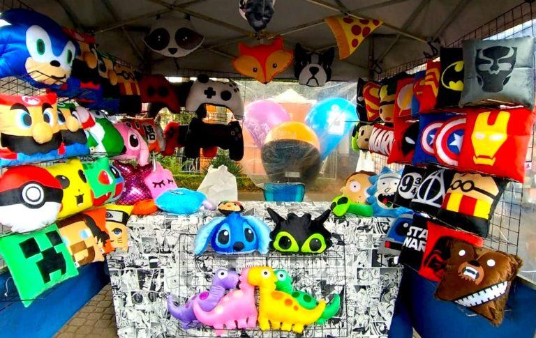 Incrível! Artista de Embu das Artes faz almofadas de personagens famosos